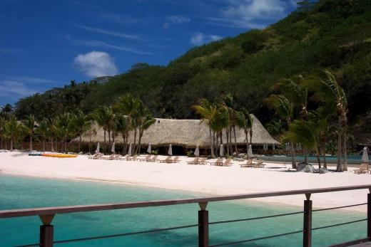 Bora Bora pohled na pláž u hotelu Sheraton