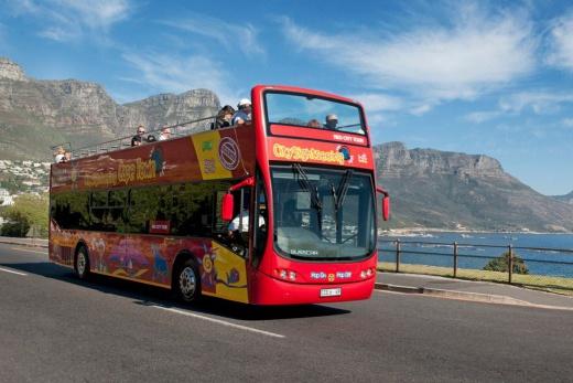 Výlet v turistickém dvoupatrovém autobuse HopOn-HopOff