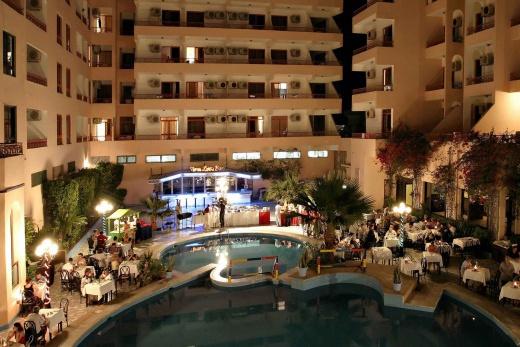 hotelová budova s bazénem večer