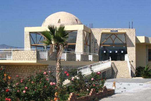 Jedna ze dvou budov Kavros Beach