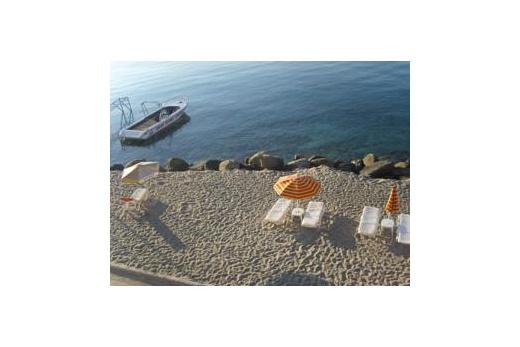 Slunečníky a lehátka na pláži zdarma