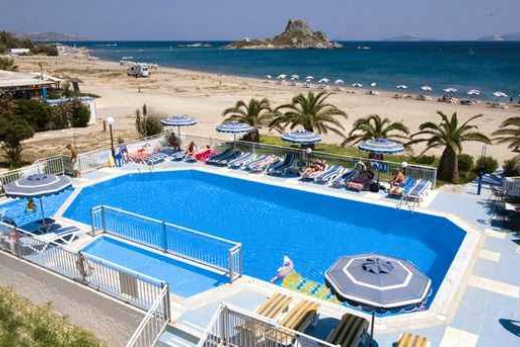Hotel odděluje od pláže pouze bazén