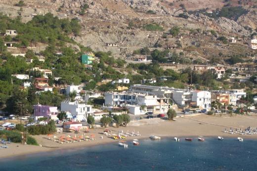 Pohled na letovisko ze skály nad přístavem